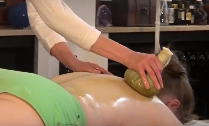 Massage mit heissen Kräuterstempeln in Bremen